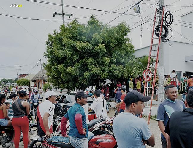 La turba enardecida que quería linchar a Alejandro Galván Núñez, el presunto hechicero, también rodeó la sede de a Estación de Policía de Sincé, por lo que lo trasladaron a Corozal. | ALDIA.CO