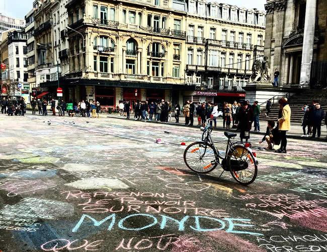 En la plaza de Beursplein, Bélgica, los ciudadanos llenan de mensajes de paz y solidaridad las calles | Foto: Instagram - niko_peris