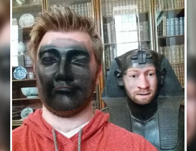 Jake Marshall estaba de visita en el Museo Británico de Londres y decidió jugar un poco con las estatuas | Vía: Reddit