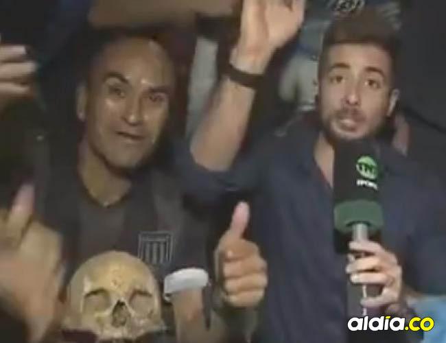 Gabriel Aranda, hincha de Racing, con el reportero Nico Latini, de TNT Sports LA.