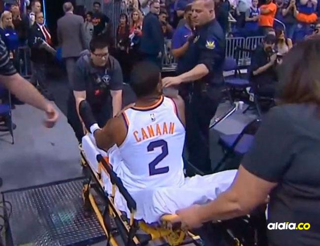 Momento en que Isaiah Canaan es sacado de la cancha en camilla