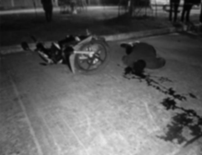 El motociclista, Madison Ismael Rueda Torres, perdió el control de la motocicleta.