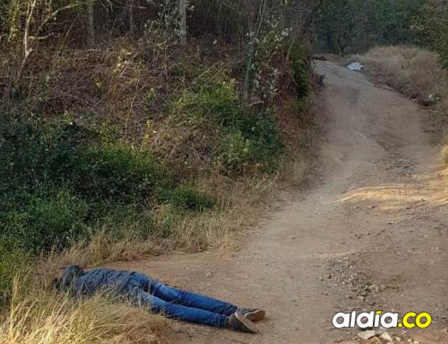 El cadáver del hombre fue encontrado bocabajo en una trocha entre dos cerros en el nororiente de Santa Marta, la que comunica los barrios Los Alpes y Timayuí 1.