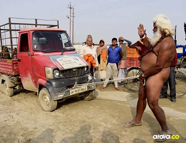 Este impactante suceso ocurrió en medio del festival Magh Mela, en India y fue protagonizado por uno de los hombres sagrados | Infobae