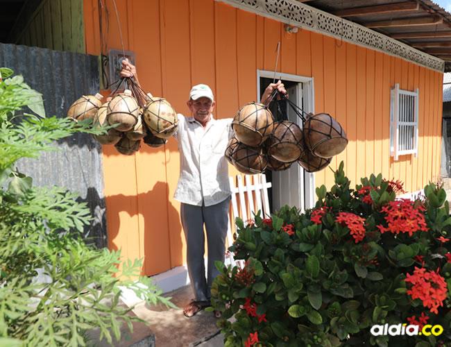 Felipe Santiago Month Ramírez crea sus inigualables artesanías en madera.   Al Día