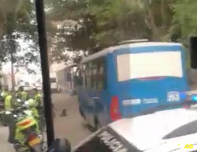 Foto que se difundió por redes sociales del bus cuyos pasajeros y conductor fueron objetos del atraco.