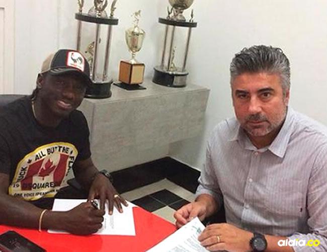 Yimmi Chará firmando el contrato que lo une al Atlético Mineiro, junto a Alexander Gallo, director deportivo del equipo brasileño. | Cortesía