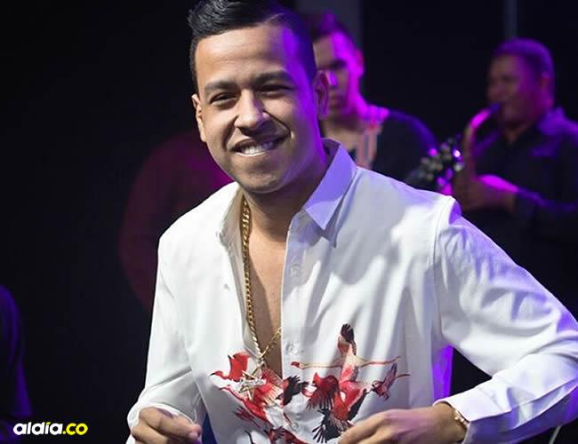 Martín se encerraba en su cuarto a cantar vestido con la ropa de Rafael Santos. El 'micrófono' era una escoba y lanzaba hojas de papel al aire como si fueran billetes. Decía que iba a ser famoso. | Instagram
