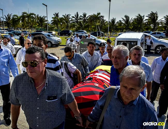 Familiares y amigos de Othon Dacunha cargan el ataúd con el cuerpo de Othon Dacunha, que fue sepultado este sábado a las 3:30 p. m. en el cementerio Jardines de la Eternidad. | AL DÍA