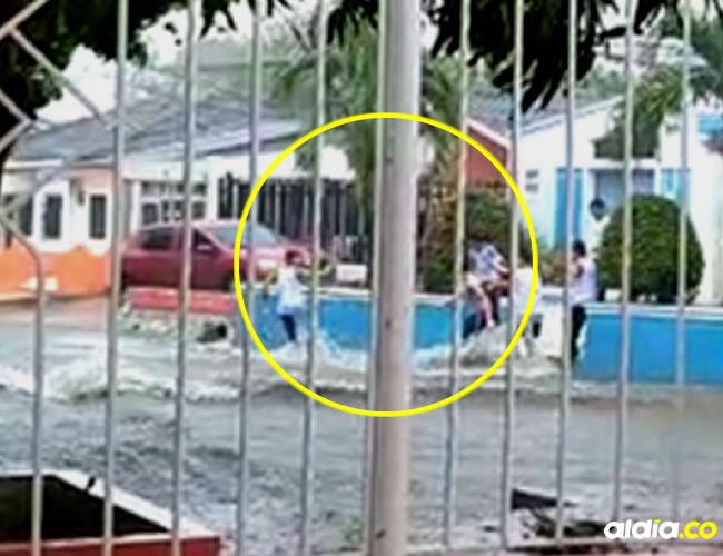 Las imágenes, que fueron grabadas por vecinos del sector, muestran el momento en el que los jóvenes se tiraban en pareja al arroyo y  luego se levantaban | Captura de video Blu  Radio