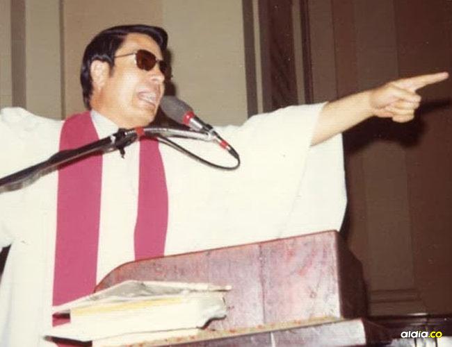 Jim Jones en uno de sus actos religiosos en Guyana.