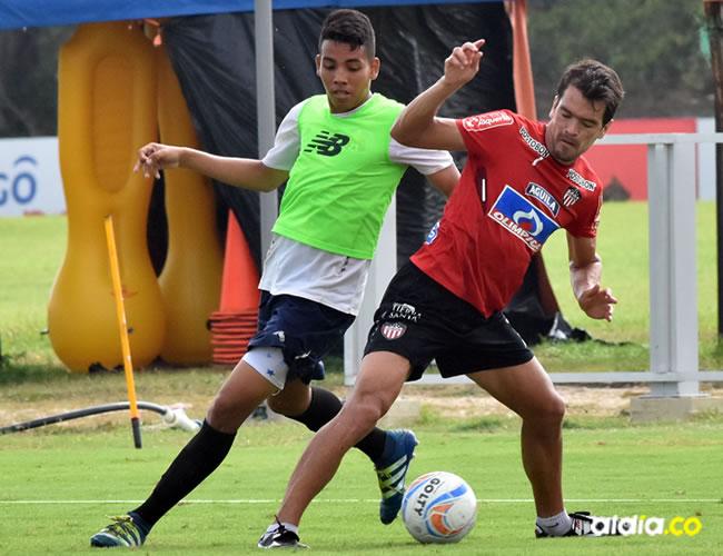Sebastián Hernández (der.) se perfi la como titular en el mediocampo de Junior esta noche ante Atlético Nacional.