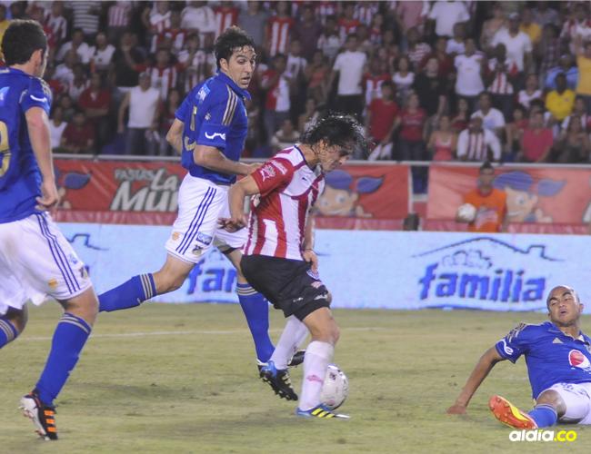 Giovanni Hernández remata entre tres defensas de Millonarios y anota el 3-0 del 2011, con lo que igualaba la serie de semifinales ante los bogotanos.