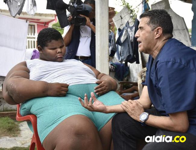 Momento en que el médico de la fundación atiende al niño y le explica el tratamiento en Medellín.