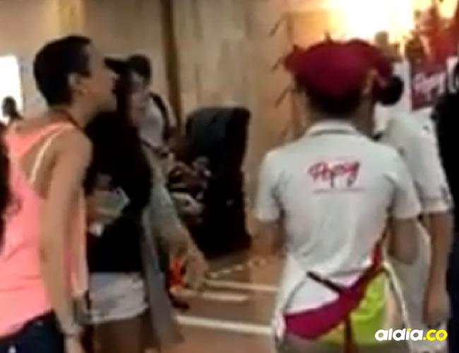 La acompañante de la mujer trató de detenerla, pero no lo logró | Captura de pantalla