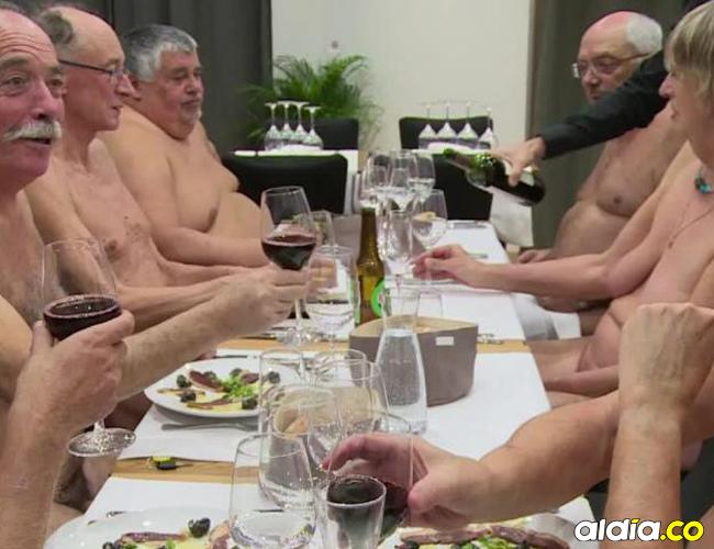 Comensales en el restaurante nudista. | AFP