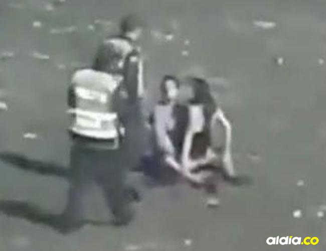 La pareja fue sorprendida por policías a cargo de la seguridad y control del lugar. | Captura de video