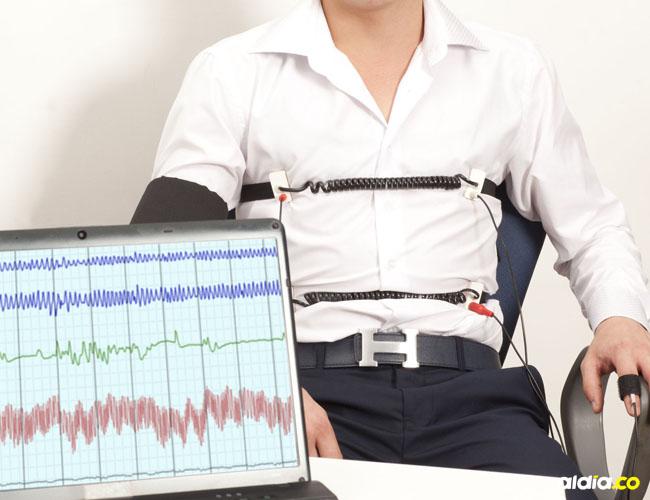 La persona es sometida a varios aparatos en búsqueda de señales que detecten si miente.