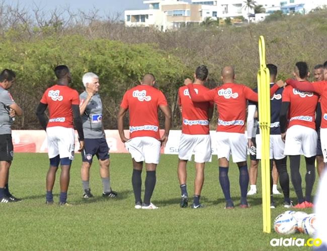 Julio Avelino Comesaña sostuvo un diálogo con los jugadores antes de empezar el entrenamiento. | Al Día