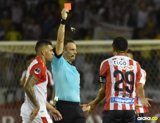 Momento en que el árbitro argentino Patricio Loustau le muestra la tarjeta roja a Teófilo Gutiérrez.   Archivo