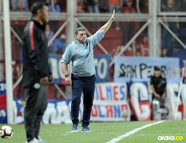 Luis Fernando Suárez estuvo muy activo anoche durante la derrota de Junior ante San Lorenzo.