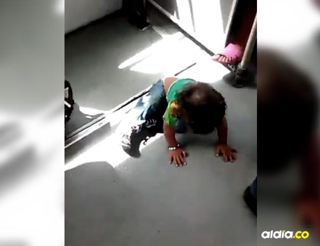 El niño se sostenía con las manos y las piernas, mientras que el bus se movilizaba hacia el norte de Bogotá | Captura