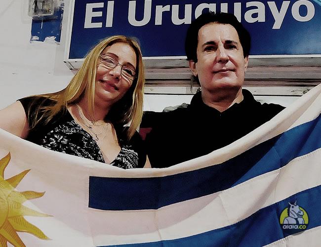 Jorge Silveira acompañado de su esposa, Indira De la Espriella, posa con la bandera de su Selección   Al Día