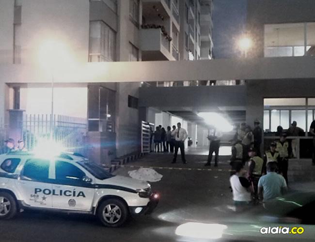 Uniformados de la Policía Metropolitana custodian el lugar donde quedó el cuerpo sin vida de la mujer. | Kenji Doku