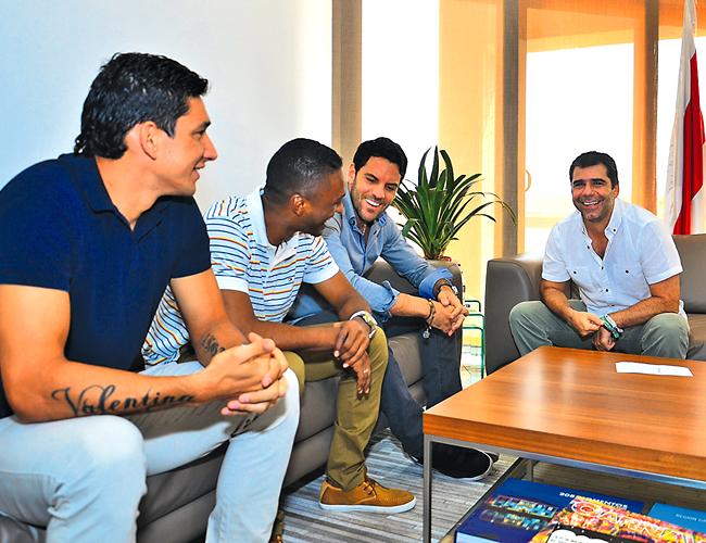 Los jugadores de Junior Sebastián Viera, Iván Vélez y Roberto Ovelar se reunieron ayer con el alcalde Alejandro Char.