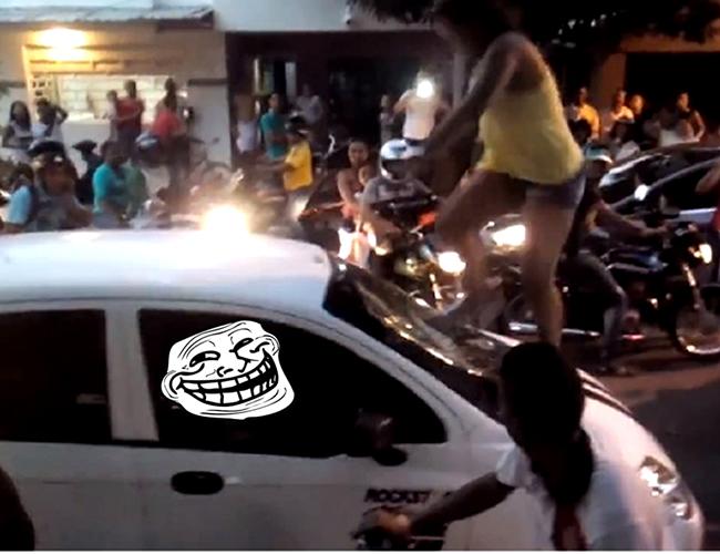 A la mujer no le bastó con subirse sobre el carro de su infiel esposo, sino que decidió romper el parabrisas sin misericordia | Foto pantallazo Facebook
