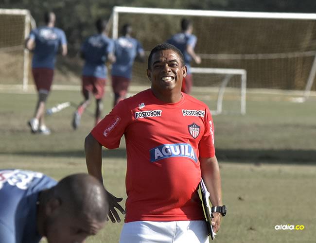 Felipe Palmesano (camiseta roja) está al pie de los jugadores indicando los ejercicios y motivándolos a hacerlos bien.  | Al Día