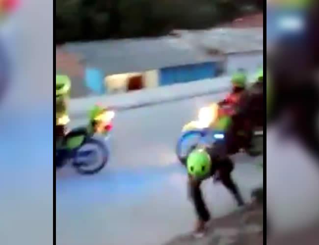 Capturas del video, en el que se observa cómo los patrulleros se enfrentan a piedras con los moradores de El Bosque | Foto: Captura de pantalla