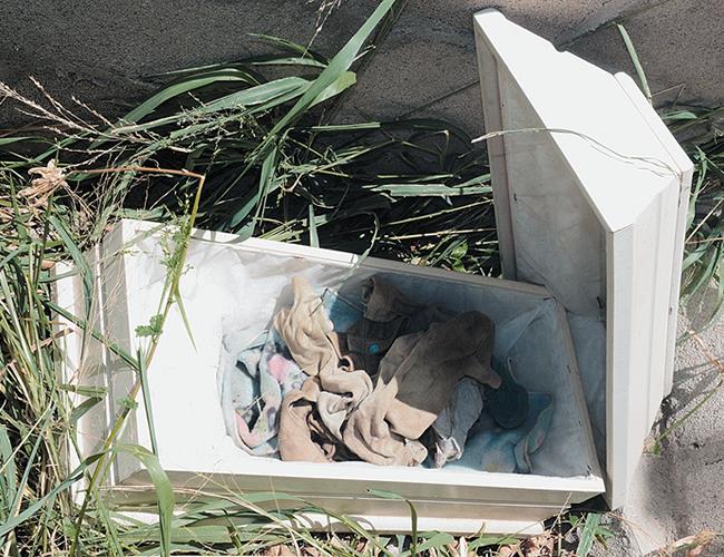 Solo unos trapos quedaron en la urna donde estuvo el cuerpo. | Foto: AL DÍA