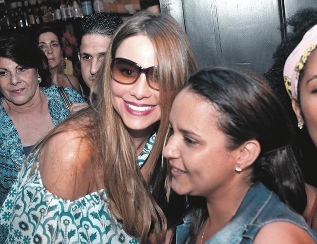 Sofía Vergara fue recibida a las afueras de un restaurante por decenas de curiosos que la esperaban en el lugar. | Foto: AL DÍA