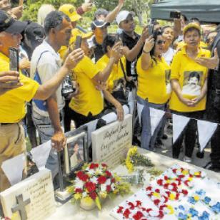 El cantante Alejandro Palacio visitó la tumba de Rafael Orozco para ofrecerle una serenata y acompañar a los 'binomistas' de diferentes ciudades.