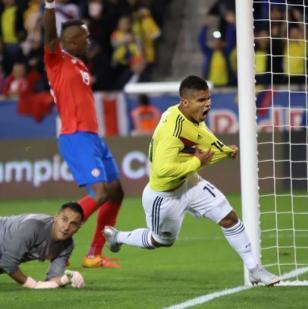 Hernández corre a celebrar el primer tanto que le anotó este martes a Costa Rica. Se lo convirtió al portero Keylor Navas.