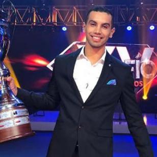 'Olímpico' con el trofeo de ganador.   Tomada de @DesafioCaracol