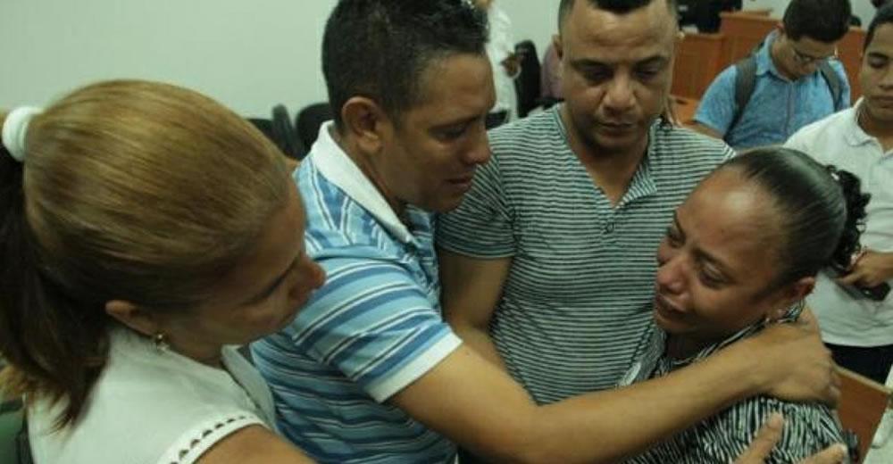 Luz Cabarcas, madre de la víctima, llora en la diligencia.   Al Día