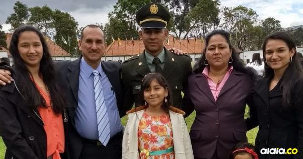 Jonathan, de uniforme, en un acto en la Escuela General Santander con sus padres y sus hermanas.