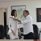 El gobernador Eduardo Verano De la Rosa le impone la banda a Miriam Isabel Carranza De Moya.   Al Día