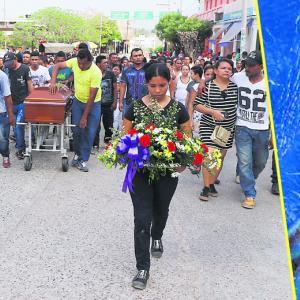 Durante el sepelio del joven Julián Villadiego Pérez, familiares y amigos clamaron justicia para que su crimen no quede impune | Fotos: Luis G. Castillo