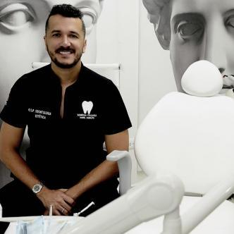 """El odontólogo de """"la sonrisa italiana"""" Daniel Zabaleta Díaz, de 36 años, en su consultorio en el norte de Barranquilla.   Orlando Amador"""