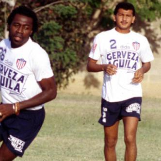El gabonés Pierre-François Aubame Eyang entrenando en Junior junto al defensa central Alberto Hayder (q.e.p.d) | Archivo Al Día