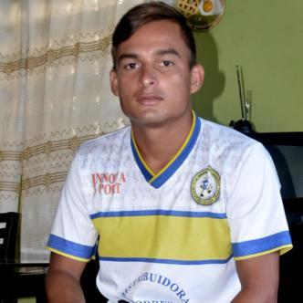 Luis, con la camisa del Municipal, club con el que ascendió este semestre en El Salvador   Foto: Luís Felipe De la Hoz