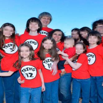 Foto de los padres David Turpin y su esposa Louise junto a sus hijos.
