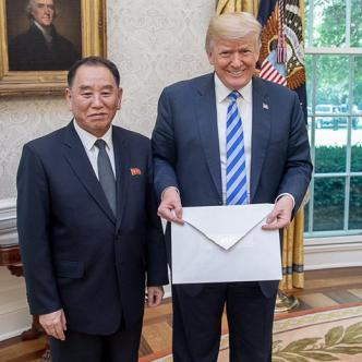 Trump junto a Kim Yong Chol, posando con la enorme carta.