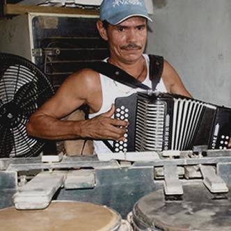 Aníbal Izquierdo Causil construyó su mecanismo para parrandear solo, sin más músicos, hace más de 30 años, una vez que los compañeros de conjunto lo dejaron solo | Foto: Eduardo García
