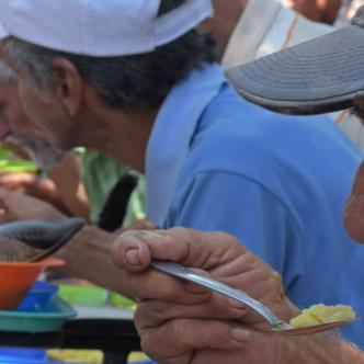 Los almuerzos se entregan entre las 12:30 del mediodía y la 1:30 de la tarde de cada sábado. Por lo general se compone de sopa, arroz y un refresco.