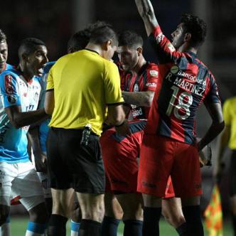 El lateral samario no controla el juego fuerte y ello perjudica al equipo.