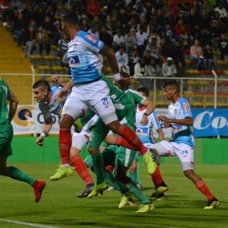 Acción del primer tanto de Junior en que Michael Rangel impacta de cabeza tras el tiro de esquina ejecutado desde la izquierda por Fredy Hinestroza y anota el 1-1 transitorio ayer en el partido disputado en el Metropolitano de Techo en Bogotá.